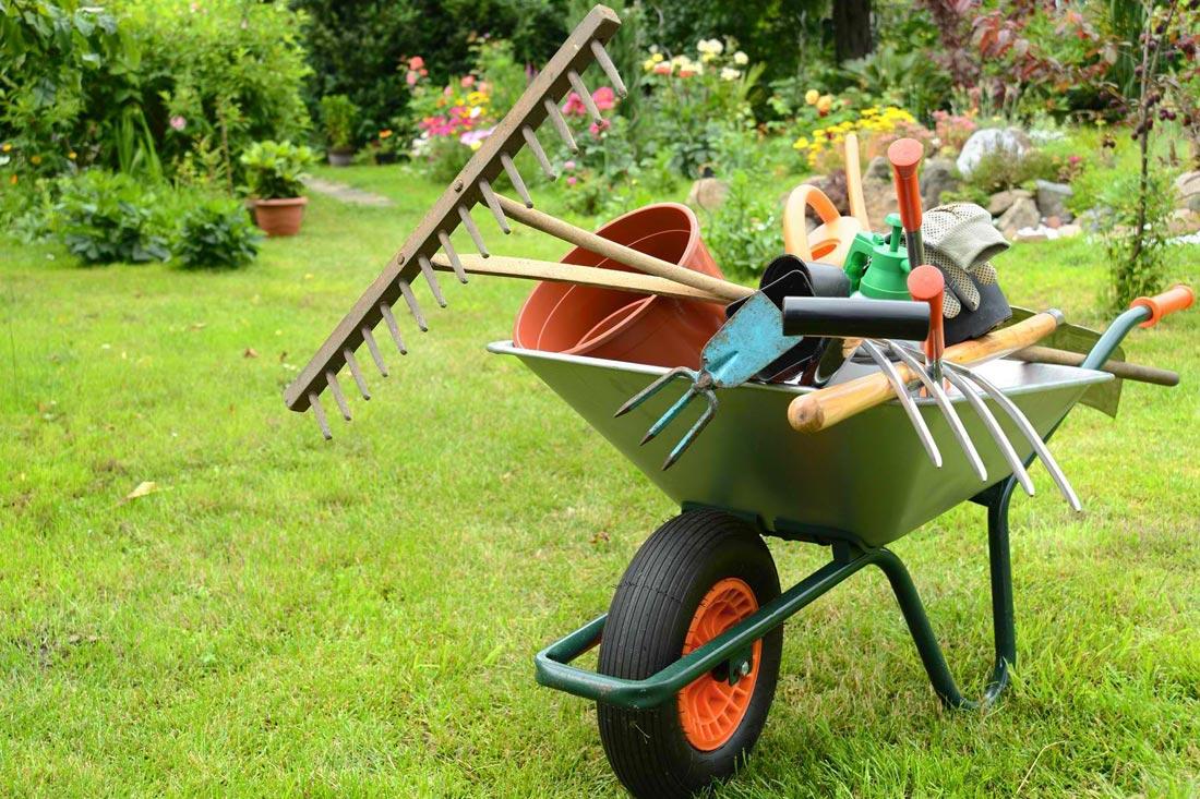 Brouette travailler au jardin jardin de ville for Brouette jardin