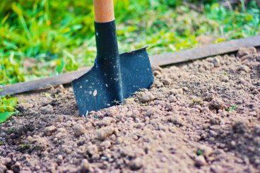 Travailler le sol avec une bêche